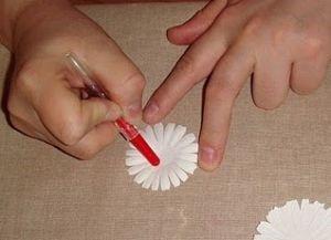 1529590231_romashki-iz-bumagi-15 Ромашки из гофрированной бумаги своими руками. Мастер-класс с пошаговыми фото