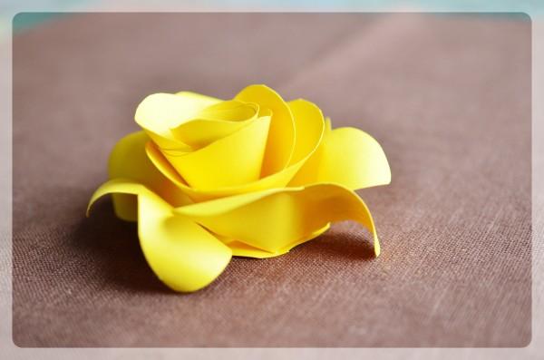 Делаем розу из бумаги своими руками